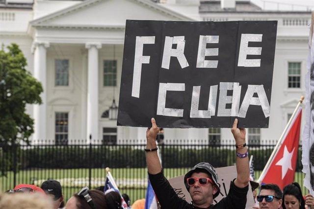 Archivo -  Cubanos se reúnen en el Parque Lafayette frente a la Casa Blanca para exigir al presidente de EEUU, Joe Biden, ayuda humanitaria para su país y que intervenga en Cuba durante una concentración contra el Gobierno cubano