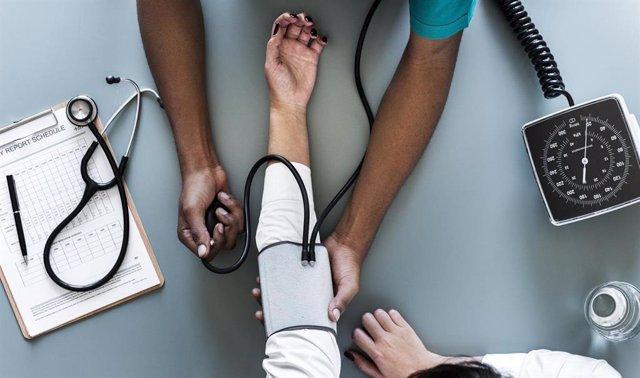 Archivo - Tomar la tensión, midiendo la presión arterial, tensiómetro.