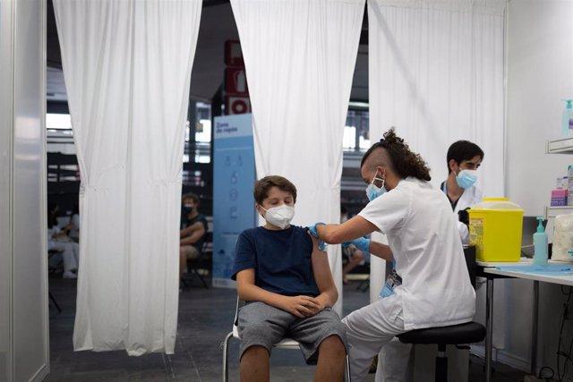 Archivo - Un adolescente recibe la vacuna contra el Covid-19