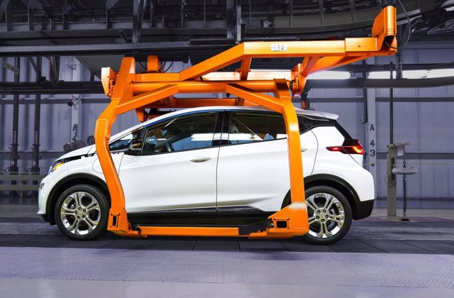 Archivo - Producción del Chevrolet Bolt 100% eléctrico