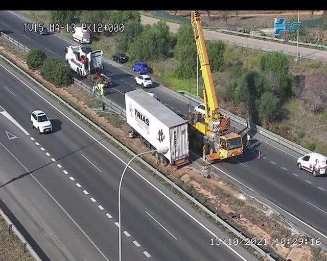 Cerrada la carretera de Alcúdia a Palma tras volcar un camión