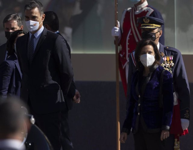 El presidente del Gobierno, Pedro Sánchez, y la ministra de Defensa, Margarita Robles,este martes en el desfile por el Día de la Fiesta Nacional