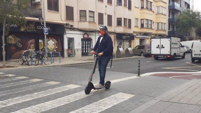 Archivo - Arxiu - Un conductor amb patinet