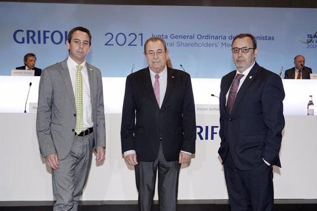 Archivo - Arxiu - El president de Grifols, Víctor Grífols Roura, al costat dels coconsellers delegats Raimon Grifols i Víctor Grífols Deu