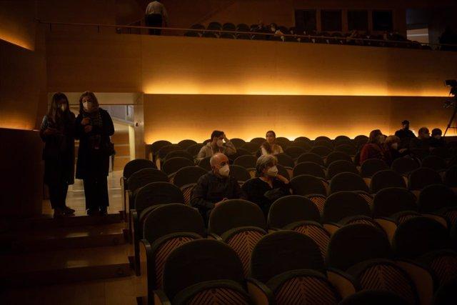 Archivo - Arxiu - Diverses persones en un concert
