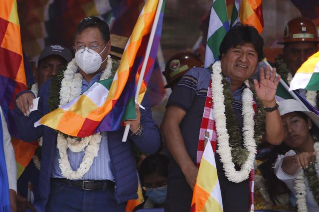 """12 October 2021, Bolivia, Cochabamba: Leader of the Bolivian socialist party Movimiento al Socialismo (MAS) Evo Morales (R) waves to the people at the so-called """"Wiphalazo"""", with the President of the Plurinational State of Bolivia Luis Arce Catacora. Part"""