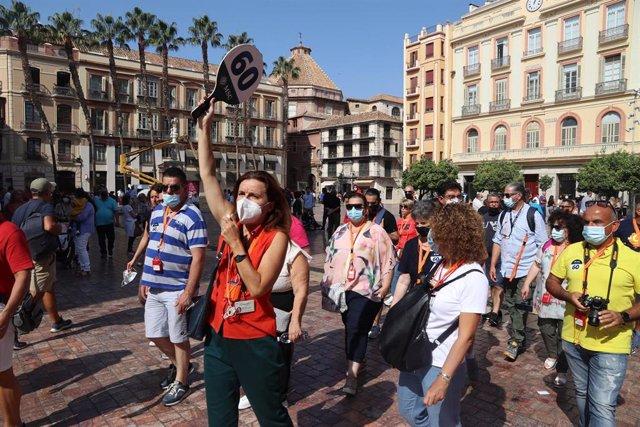 Varios turistas pasean por la calles de Málaga, después de que haya atracado un crucero con más de seis mil cruceristas durante el puente de la Hispanidad, en foto de archivo.