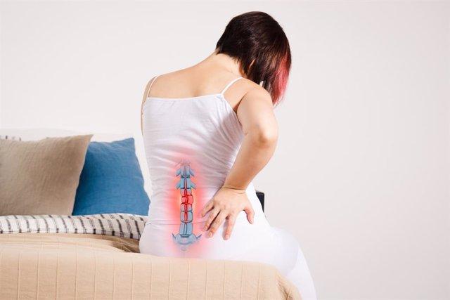 Archivo - Mujer con dolor de espalda.