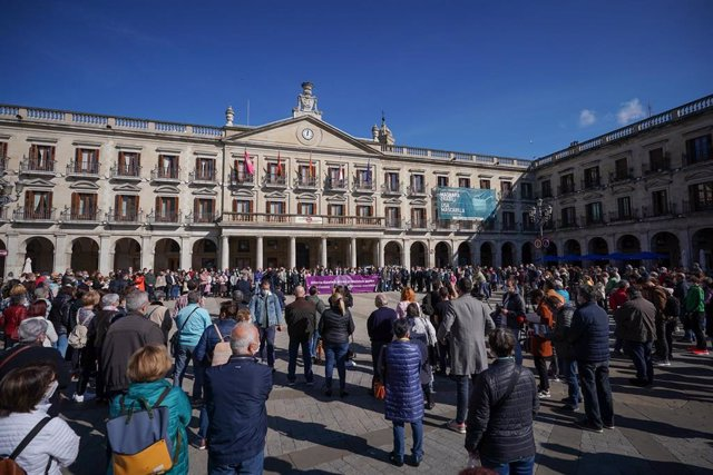 Concentración en Vitoria-Gasteiz por el asesinato de una mujer, presuntamente a manos de su marido.