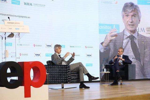 El conseller de Salut, Josep Maria Argimon (e), i el director d'Europa Press, Javier García Vila, en un esmorzar sociosanitari de l'agència