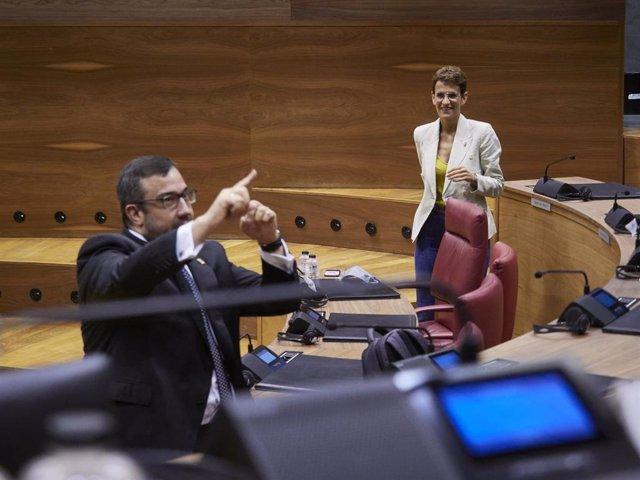 Archivo - La presidenta del Gobierno de Navarra, María Chivite; y el vicepresidente primero, Javier Remírez, en una sesión plenaria en el Parlamento de Navarra.