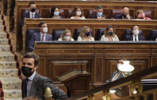 El líder del PP, Pablo Casado, con el presidente Pedro Sánchez al fondo