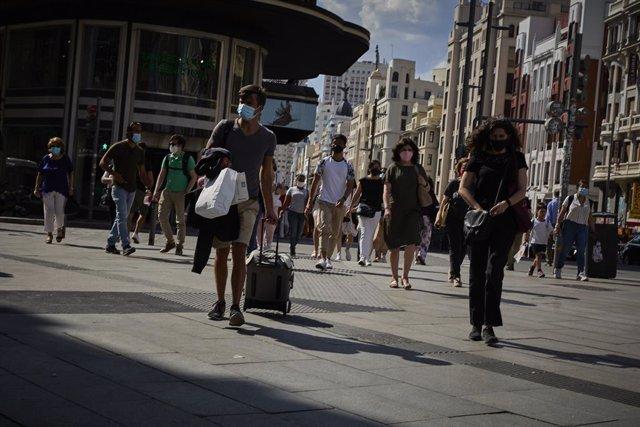 Archivo - Un hombre con una maleta en la plaza de Callao
