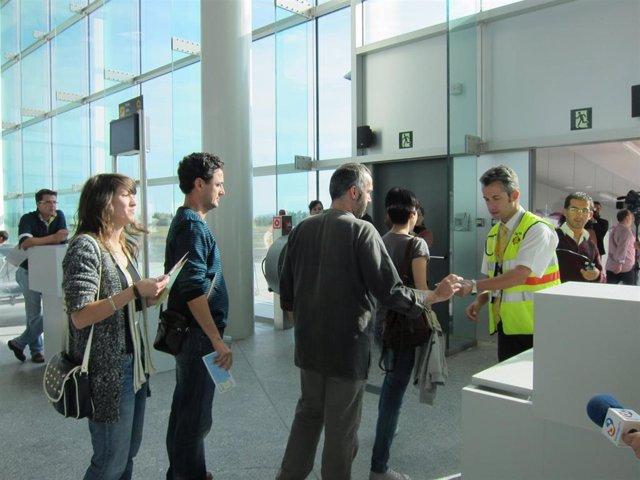 Archivo - Pasajeros embarcan en el aeropuerto de Lavacolla