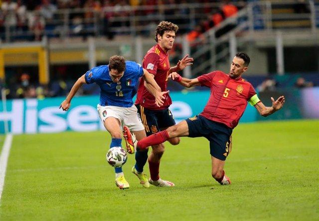 Sergio Busquets se lanza a cortar un balón ante Federico Chiesa y Marcos Alonso en el España-Italia de la Liga de Naciones