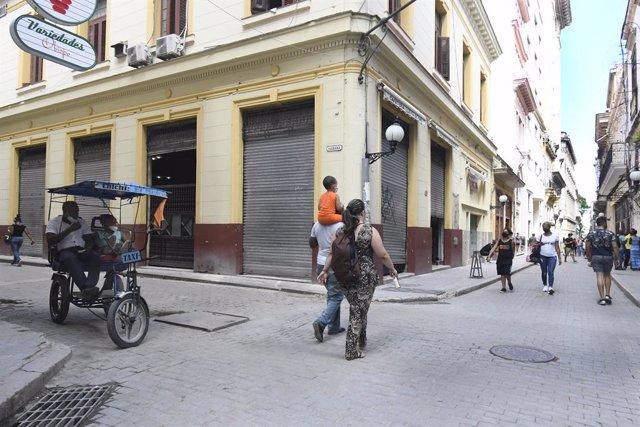 Personas paseando en una calle de La Habana