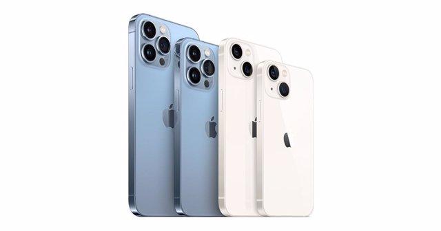 Los cuatro modelos de la familia iPhone 13: Pro Max, Pro, estándar y Mini, de izquierda a derecha.