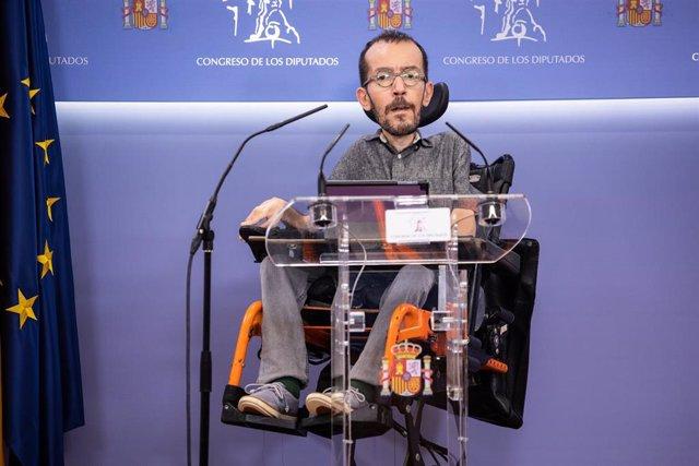 El portavoz de Unidas Podemos, Pablo Echenique, durante una rueda de prensa posterior a la Junta de Portavoces en el Congreso de los Diputados, a 5 de octubre de 2021, en Madrid, (España).