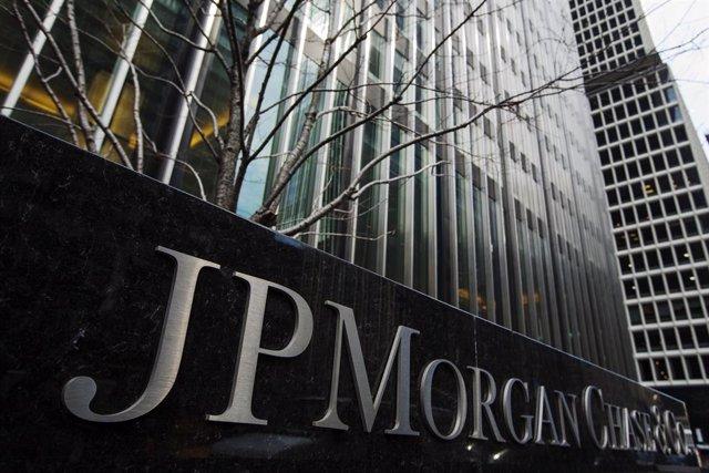 Archivo - Un signo de JPMorgan Chase & Co bank en su sede en Nueva York
