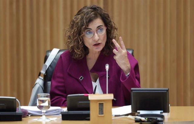 La ministra de Hacienda y Función Pública, María Jesús Montero, interviene en una rueda de prensa tras la entrega del Proyecto de Ley de Presupuestos del Estado de 2022 a la presidenta del Congreso, Meritxell Batet, en el Congreso de los Diputados