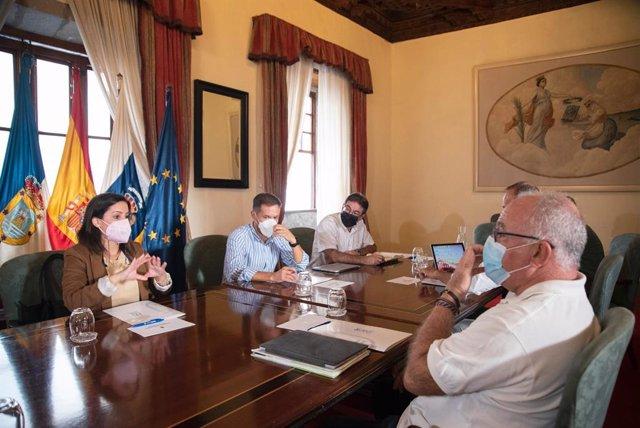 La consejera de Turismo, Industria y Comercio del Gobierno de Canarias, Yaiza Castilla, durante la reunión en el Cabildo de La Palma
