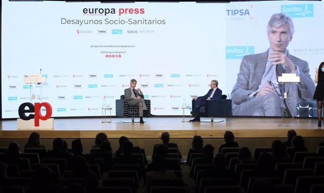 El conseller de Salut, Josep Maria Argimon (e), i el director d'Europa Press, Javier García Vila, en l'esmorzar sociosanitari de l'agència