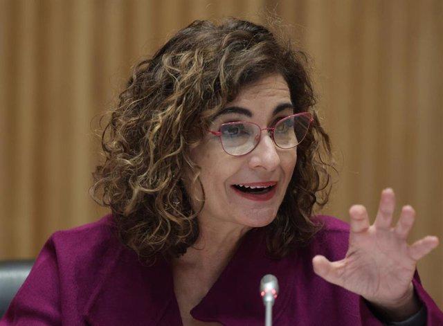 La ministra de Hacienda y Función Pública, María Jesús Montero, interviene en una rueda de prensa tras la entrega del Proyecto de Ley de Presupuestos del Estado de 2022 a la presidenta del Congreso