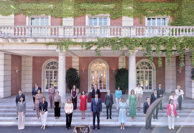 Archivo - Foto de familia de todos los ministros en la escalinata del Palacio de la Moncloa