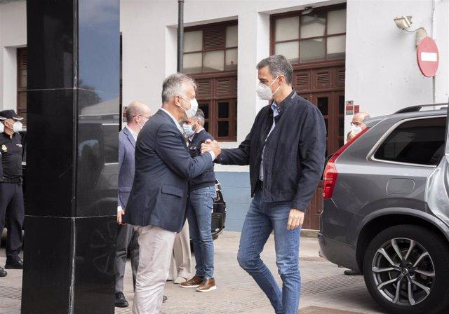 El presidente del Gobierno de Canarias, Ángel Víctor Torres, recibe al presidente del Gobierno, Pedro Sánchez, a su llegada a La Palma para partiicpar en la rernión del comité director del Pevolca