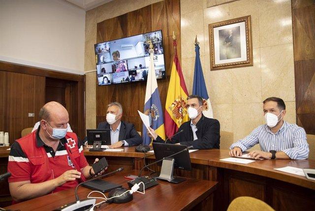 El presidente del Gobierno, Pedro Sánchez (c), junto al presidente del Gobierno de Canarias, Ángel Víctor Torres, y el presidente del Cabildo de La Palma, Mariano Hernández, en una reunión del Pevolca