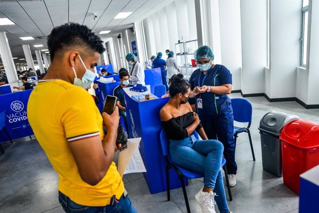 Archivo - 05 August 2021, El Salvador, San Salvador: A young woman receives a dose of the Moderna coronavirus (COVID-19) vaccine. El Salvador opened vaccinations for kids over 12 years old amidst a COVID-19 spike that registers 88,371 confirmed cases and