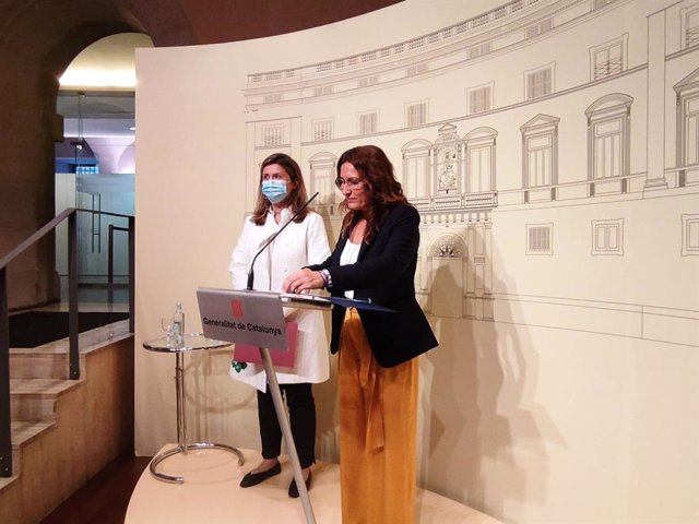 La consellera de Presidència, Laura Vilagrà, amb la síndica d'Aran, Maria Vergés