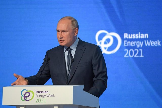 """HANDOUT - 13 October 2021, Russia, Moscow: Russian President Vladimir Putin delivers a speech during a plenary session of the Russian Energy Week International Forum. The topic of the panel discussion is """"World Energy: Transformation for Development"""". Pho"""