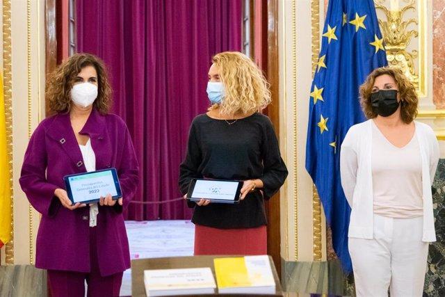 La diputada de Unidas Podemos y líder de Podemos Euskadi, en el acto de entrega de los PGE, con la ministra María Jesús Montero y Meritxel Batet