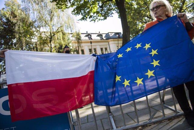 Banderas de Polonia y la UE durante una protesta por la disputa entre Varsovia y Bruselas.