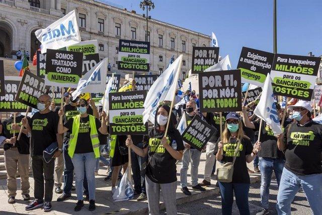 Archivo - Trabajadores se concentran en Lisboa para protestar por los ajustes de empleo en Banco Santander Totta y Banco Comercial Português.