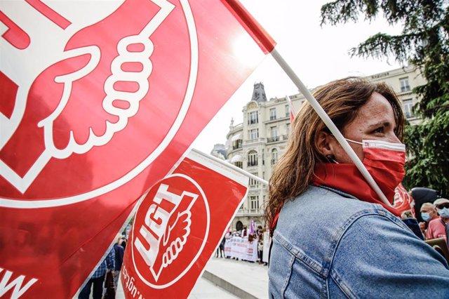 Una mujer sostiene una pancarta de UGT, en una imagen de archivo.