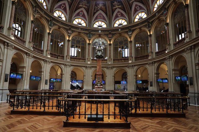 Archivo - Una de las instalaciones del Palacio de la Bolsa de Madrid con paneles del IBEX, a 27 de julio de 2021, en Madrid, (España). El Ibex 35 cotizaba en los 8.700,9 puntos a las doce del mediodía, con una caída del 0,85% y la mayoría de sus valores e