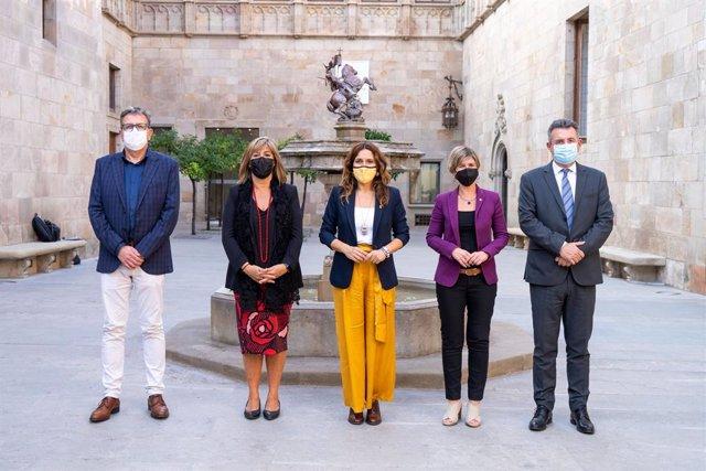 La consellera de la Presidència, Laura Vilagrà, al costat de la presidenta de la Diputació de Barcelona, Núria Marín, la de Tarragona, Noemí Llauradó, el de Girona, Miquel Noguer, i el de Lleida, Joan Talarn