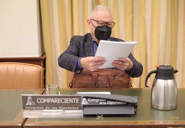 El presidente de la Confederación Salud Mental España, Nel Anxelu González Zapico, a su llegada a una Comisión de Sanidad y Consumo en el Congreso de los Diputados, a 13 de octubre de 2021, en Madrid, (España).