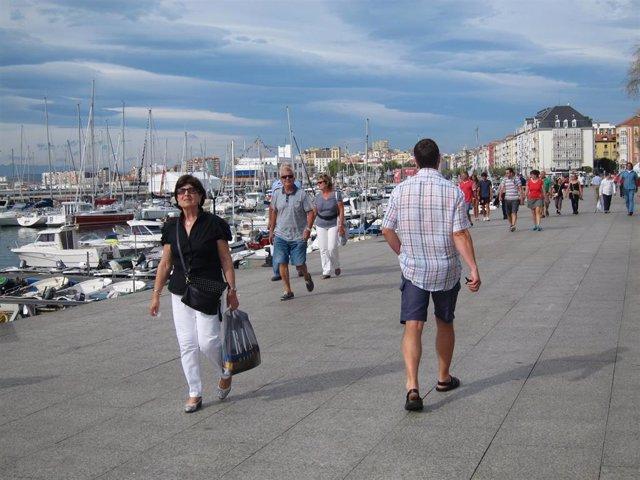 Archivo - Turistas en Santander