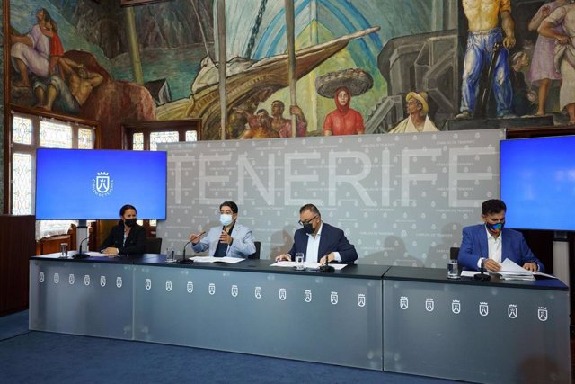 El presidente del Cabildo de Tenerife, Pedro Martín, y el director del SCS, Conrado Domínguez (en el centro), en la firma del convenio sobre actividades físicas