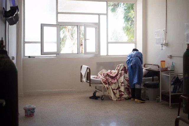 Archivo - Un paciente recibiendo atención en el hospital de MSF en Raqa