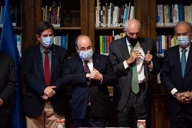 (I-D) El director del Instituto Cervantes, Luis García Monterto; el ministro de Cultura, Miquel Iceta; el presidente de la Fundación Antonio de Nebrija, Manuel Villa-Cellino y el director de la RAE, Santiago Muñoz Machado