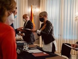La consellera de Justicia, Lourdes Ciuró, entregando reconocimientos a equipos de personal penitenciario