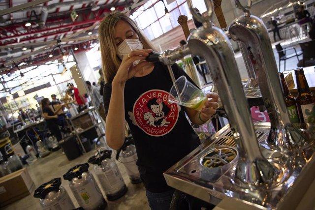 Una camarera sirve una cerveza en la sexta edición del Festival de Cerveza Artesana Beermad 2021