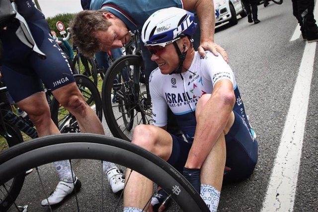 Archivo - Chris Froome, tras ser damnificado en la aparatosa caída de la primera etapa de la 108ª edición del Tour de Francia