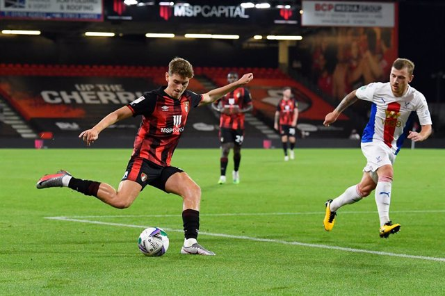 Archivo - David Brooks (7) of AFC Bournemouth crosses the ball during the English League Cup, EFL Carabao Cup, football match between Bournemouth and Crystal Palace on September 15, 2020 at the Vitality Stadium in Bournemouth, England - Photo Graham Hunt