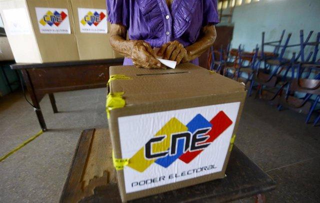 Mesa electoral del simulacro celebrado por el Consejo Nacional Electoral de Venezuela antes de los comicios municipales y regionales de noviembre de 2021