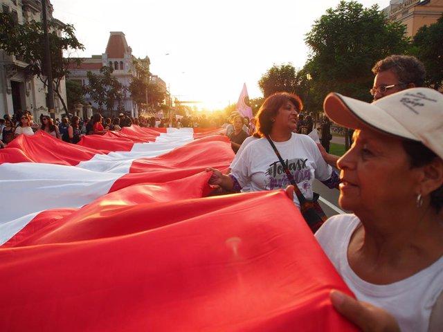 Archivo - Manifestación de mujeres en el centro de Lima.